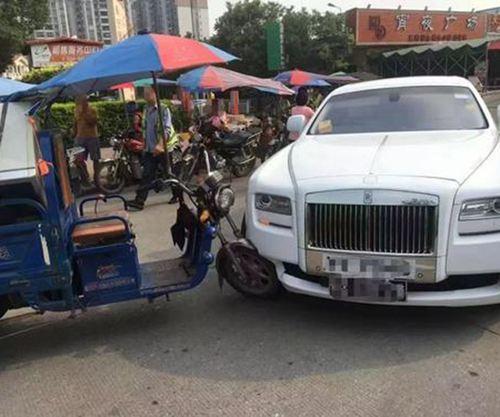 三轮车撞上700多万元劳斯莱斯 三轮车撞上劳斯莱斯_WWW.XUNWANGBA.COM