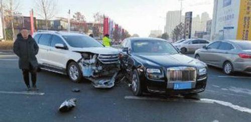 三轮车撞上700多万元劳斯莱斯 如果撞了豪车怎么办_WWW.XUNWANGBA.COM