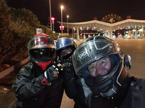 3名摩托小哥帮救护车开道 摩托车可以上高速吗_WWW.XUNWANGBA.COM