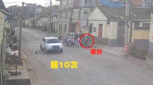 女童马路往返跑10次被撞 交警:撞的无责任_WWW.XUNWANGBA.COM