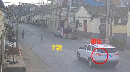 女童马路往返跑10次被撞 小孩马路乱跑被撞视频_WWW.XUNWANGBA.COM