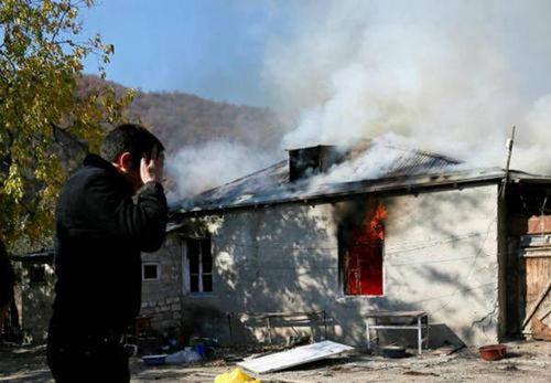 亚美尼亚人紧急撤离并含泪烧房子 亚美尼亚人烧房子_WWW.XUNWANGBA.COM