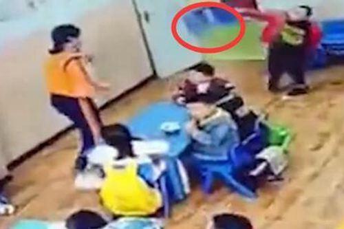 幼儿园孩子因被批评扔凳子砸老师 幼儿园孩子砸老师_WWW.XUNWANGBA.COM