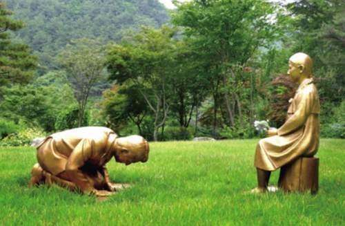 韩国新建男子向慰安妇道歉雕像 韩国建慰安妇雕像_WWW.XUNWANGBA.COM