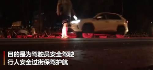 成都交警推出夜间安全过街神器 成都夜间过街神器_WWW.XUNWANGBA.COM