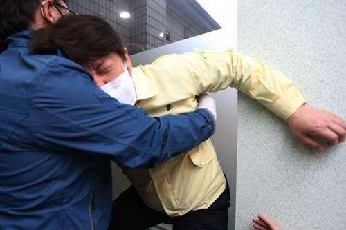 韩国大邱市长下跪磕头感谢医护 韩国大邱市长下跪_WWW.XUNWANGBA.COM
